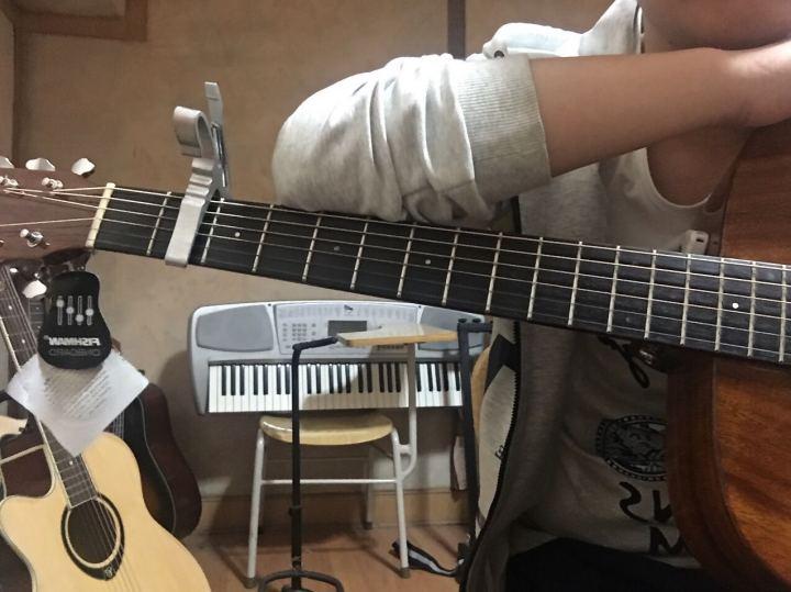 手感尚可,比一般的琴好很多。不过我很多时候弹的是合板琴卡玛,因为那把琴弦更软一些